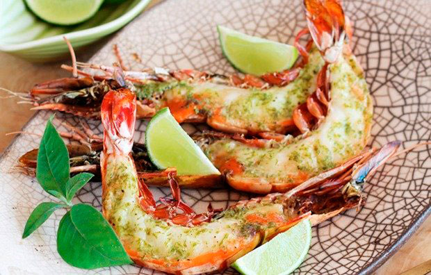 Mediterranean cuisine: shrimp with lime